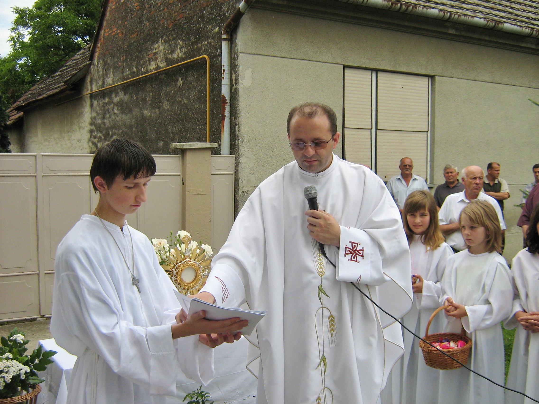 Ministranti u Markovcu Našičkom i župnik Branko - Tijelovo 2007 (slika 2) - 7.6.2007.